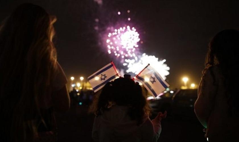 Israelenses diante dos fogos de artifício no início das comemorações da Independência de Israel. (Foto: AFP Photo/Menahem Kahana)