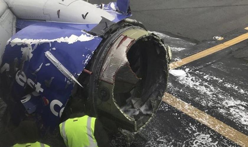 Motor do avião da Southwest Airlines é inspecionado no Aeroporto Internacional da Filadélfia. (Foto: Amanda Bourman)