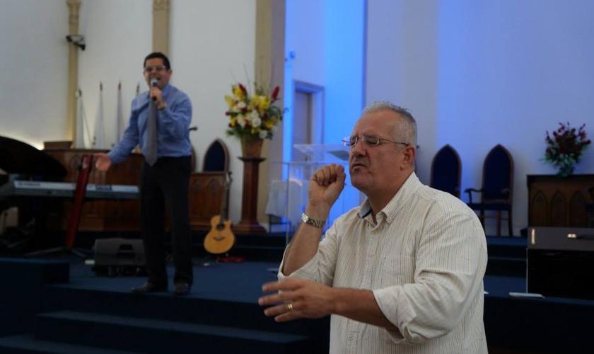 """""""Deus falou comigo claramente que Ele havia me chamado para pregar aos surdos"""", disse Ronilson Lopes"""". (Foto: Reprodução/Facebook)."""