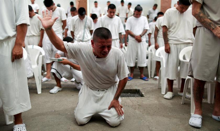 Ex-membros de gangues se reúnem para adorar a Deus em um presídio de El Salvador. (Foto: Reuters/Jose Cabezas)