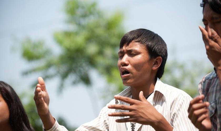 Junto com outros missionários, Amir leva o Evangelho a aldeias remotas pelas montanhas. (Foto: Global Disciples)