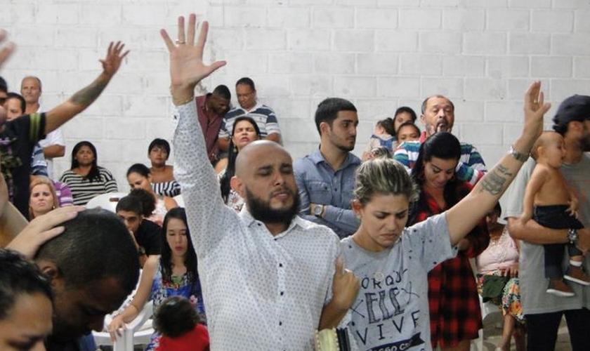 Um dia após a morte dos filhos, os pastores George Alves e Juliana Salles ministraram um culto em sua igreja. (Foto: Reprodução)