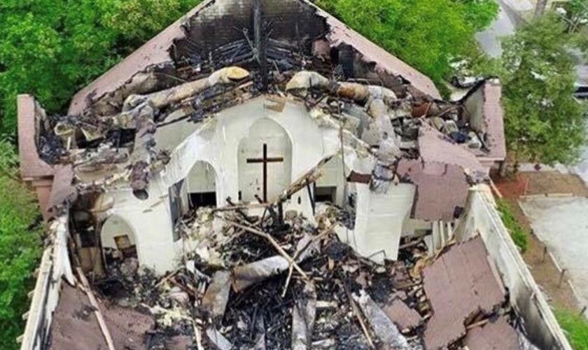 Teto da igreja de St. Andrew foi completamente destruído. (Foto: Twitter)