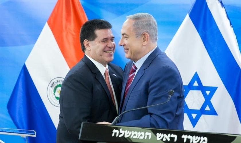 Horacio Cartes, presidente do Paraguai e Benjamin Netanyahu, o primeiro-ministro de Israel. (Foto: Emil Salman/POOL).