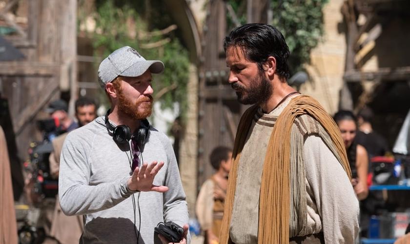 O diretor Andrew Hyatt numa das locações com o ator Jim Caviezel que no filme interpreta Lucas. (Foto: Divulgação).