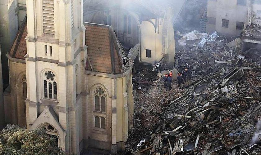 Templo da Igreja Evangélica Luterana foi quase que totalmente destruído após ser atingido pelos escombros do desabamento de um prédio no Centro de São Paulo. (Foto: O Globo)