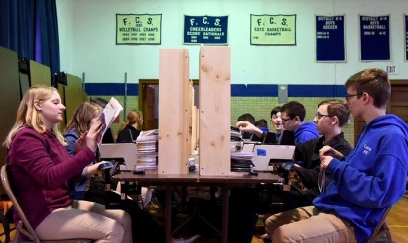 Todo ano a Faith Christian School separa dois dias e meio para transformar seu ginásio em uma verdadeira fábrica de Bíblias. (Foto: Patrick Campbell/Pocono Record).