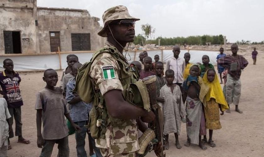 A investida contra o grupo extremista resultou na morte de 50 militantes que mantinham as pessoas presas. (Foto: AFP).