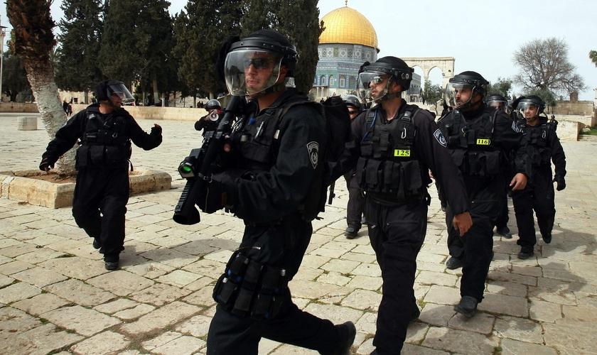 Polícia israelense atuando na tensa região do Monte do Templo. (Foto: VosIzNeias)