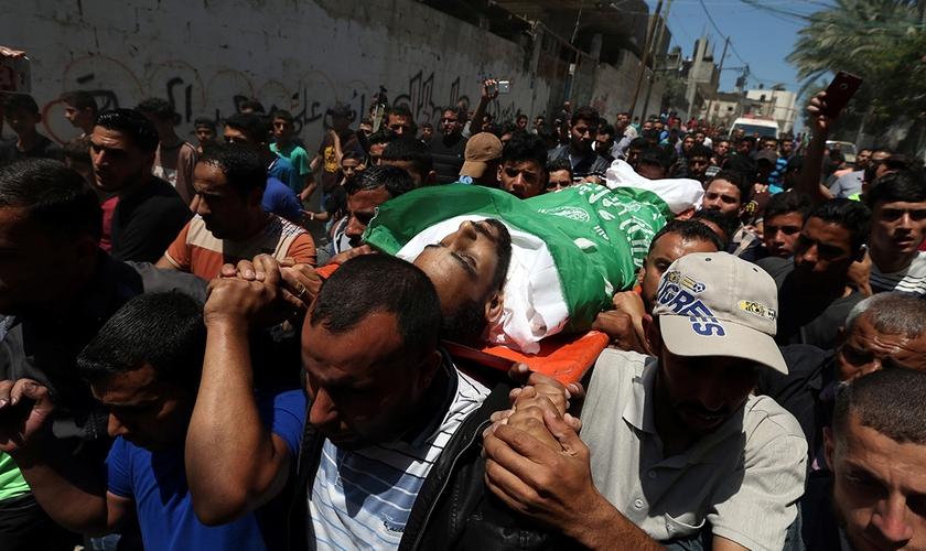 Palestinos carregam corpo de terrorista do Hamas em funeral. (Foto: Ibraheem Abu Mustafa/Reuters)