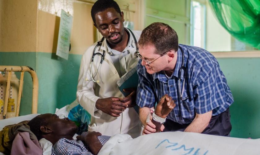 Jon Fielder checando paciente no Malawi. (Foto: TGC).