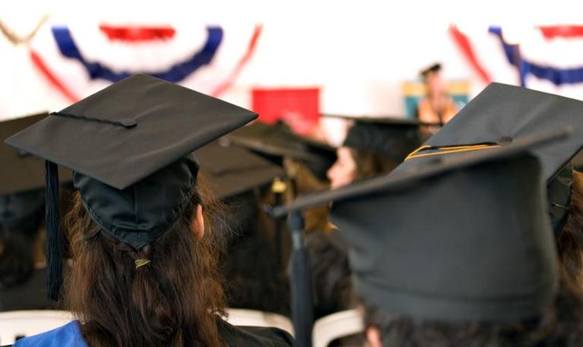 Imagem ilustrativa. O estudante do ensino médio foi impedido pela escola de prosseguir com seu discurso original. (Foto: Shutterstock)