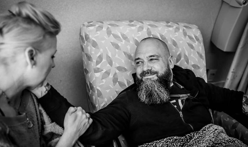Jason Lee iniciou o tratamento contra o câncer com o apoio da família. (Foto: Reprodução/Facebook)