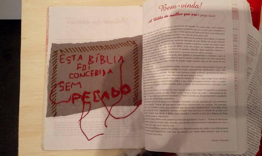 Bíblia com páginas rasgadas tem inscrição sarcástica colocada sobre ela. (Foto: Facebook)