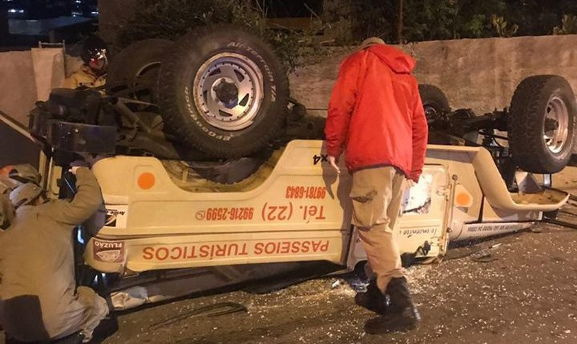 Os paramédicos removeram o tio e seu sobrinho dos destroços do acidente. (Foto: Reprodução/Facebook)