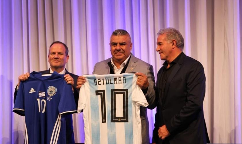 Claudio Tapia, presidente da Afa, ao lado do embaixador de Israel na Argentina (Foto: Divulgação/Argentina)