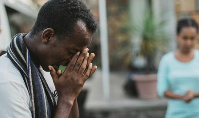 O pai de Ibrahim chegou a ir em seu trabalho e ameaçá-lo de morte por ter abandonado a fé muçulmana. (Foto: Reprodução).