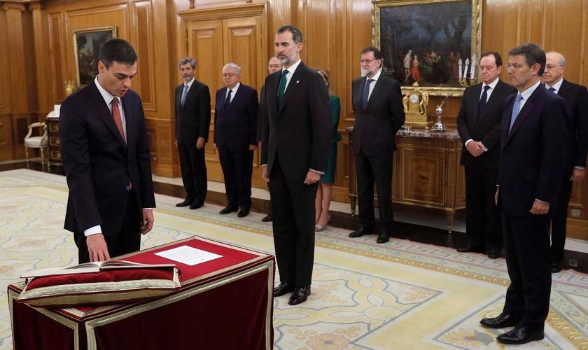 O líder socialista Pedro Sánchez fez o juramento apenas diante da Constituição da Espanha. (Foto: Fernando Alvarado/Pool/AP Photo)