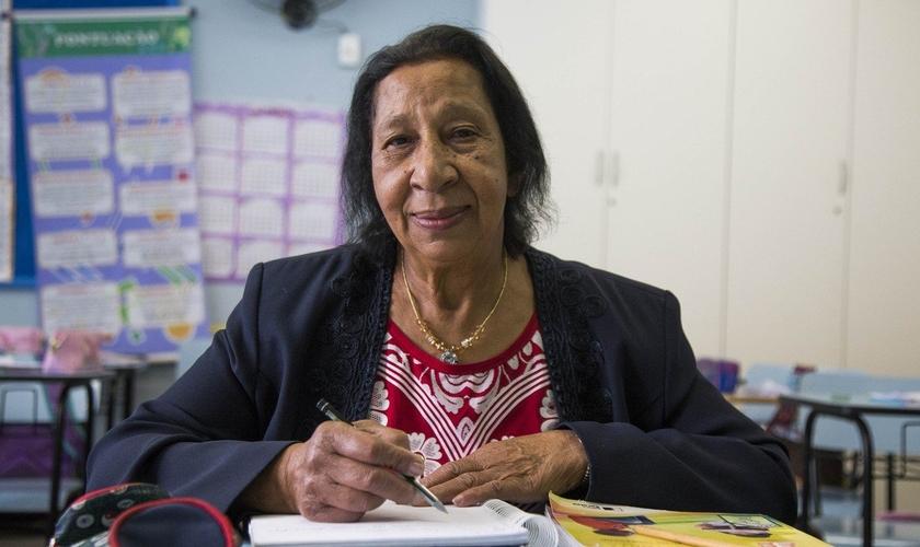 Dona Normália tem 71 anos e estuda em uma turma da Eja, em Curitiba. (Foto: Valdecir Galor/SMCS)