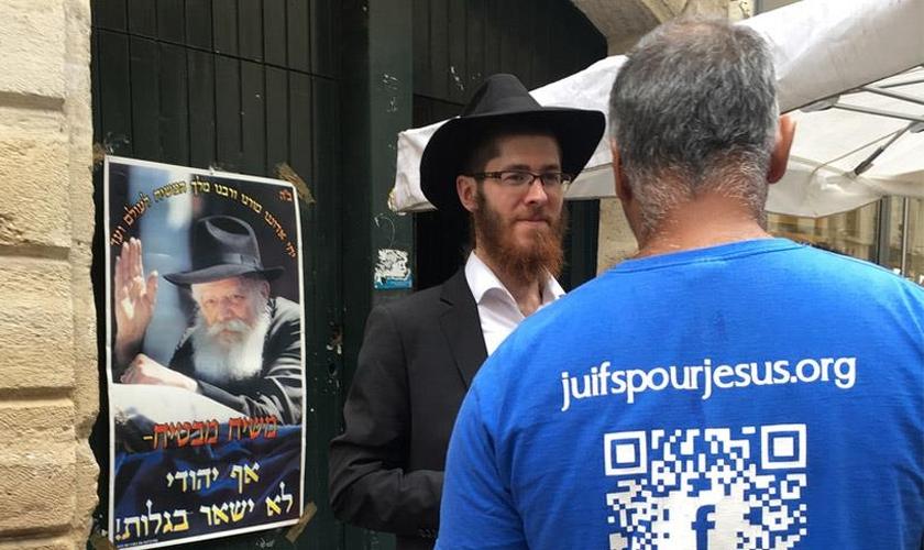 Judeu sendo evangelizado por cristão da organização Judeus por Jesus. (Foto: Jews for Jesus)