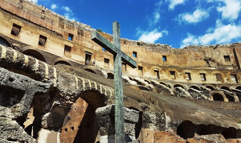 Cruz erguida no Coliseu Romano como monumento ao sofrimento dos primeiros cristãos em Roma. (Foto: Jared I. Lenz Photography/Getty Images)