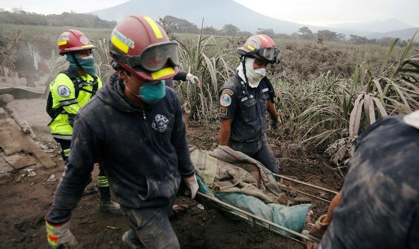 Resgatistas carregam vítima do vulcão de Fogo, em San Miguel Los Lotes, na Guatemala. (Foto: Reuters/ Luis Echeverria)