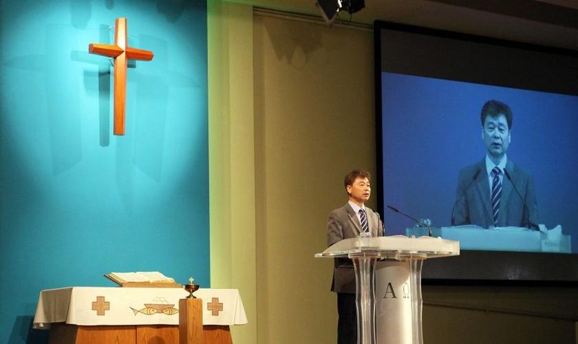 Kim Hak Song falando à congregação da Igreja Missionária Oriental, em Los Angeles. (Foto: RNS/Heather Adams)