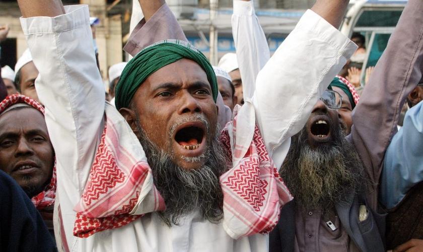 Extremistas em Bangladesh. (Foto: atimes.com)