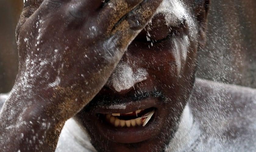 Homem em estado de possessão durante uma cerimônia de vodu africana. (Dan Kitwood/Getty Images)