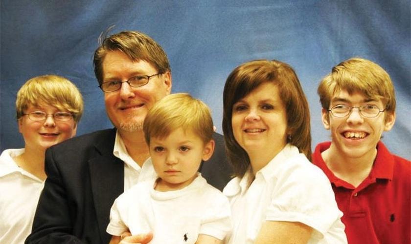 Les e Karen Ferguson junto com os filhos Conner, Casey e Cole, que tinha paralisia cerebral. (Foto: Arquivo Pessoal)