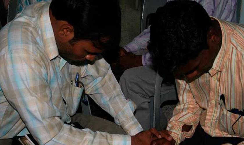 Um pastor, seu assistente e o casal foram presos. (Foto: Reprodução).