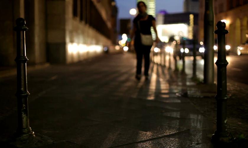Imagem ilustrativa. Mulher caminhando em uma rua à noite. (Foto: videoblocks/dapoopta)
