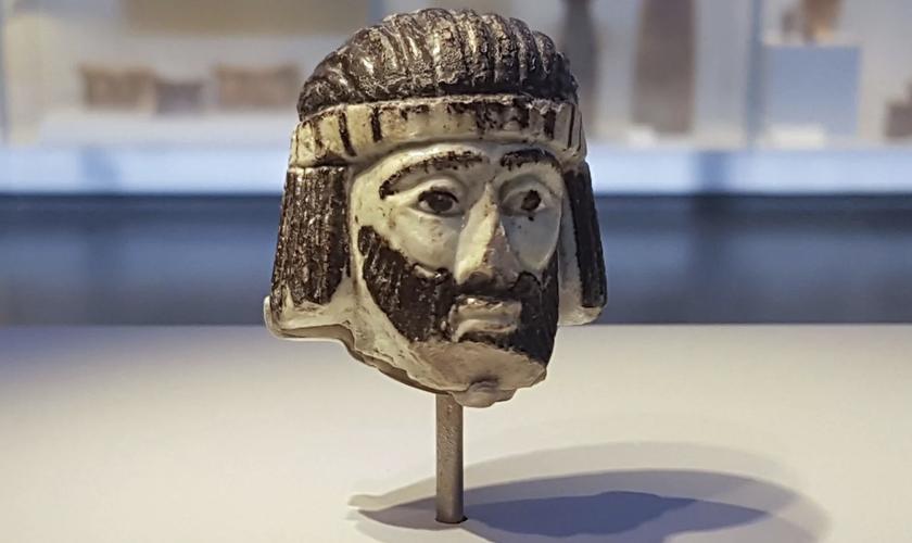 Escultura da cabeça de um rei em exposição no Museu de Israel, datando dos tempos bíblicos. (Foto: Ilan Ben Zion/Associated Press)