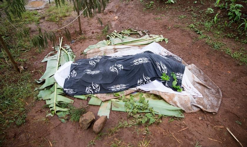 Cadáver em Belo, na linha de frente do conflito em Camarões. (Foto: The Guardian/Peter Zongo)