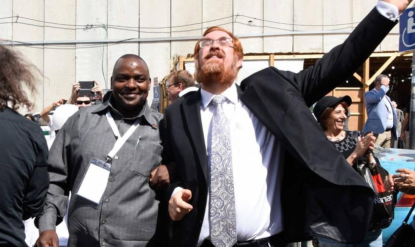 Rabino Yehuda Glick, membro do Knesset israelense, ao lado de um homem cristão. (Foto: Knesset Christian Allies Caucus)