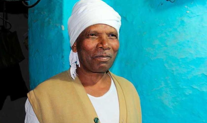 Santkumar se converteu depois de ser curado através da oração de um pastor. (Foto: Reprodução).