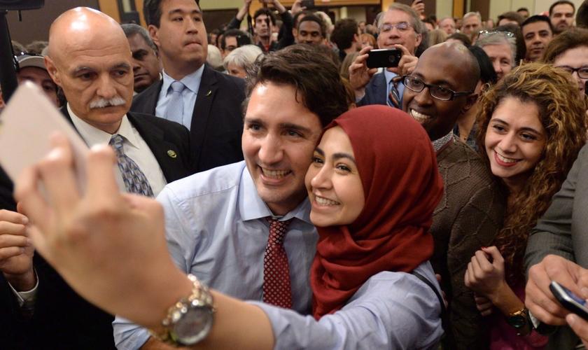 Primeiro-ministro canadense, Justin Trudeau tira selfie com muçulmana. (Foto: CityNews)