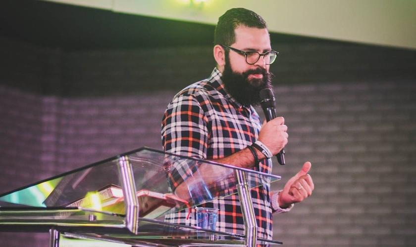 Pastor Douglas Gonçalves, líder do movimento JesusCopy, na Conferência Avesso. (Foto: Interligados Taquara)