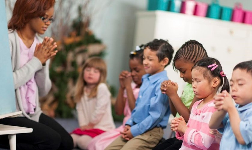 Crianças oram durante aula da Escola Bíblica Dominical. (Foto: Politic Fact)