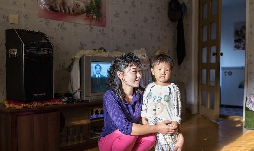 Mãe e filho em Homestay Village, perto do Monte Chilbo, na Coreia do Norte. (Foto: Carl De Keyzer/Magnum Photos)