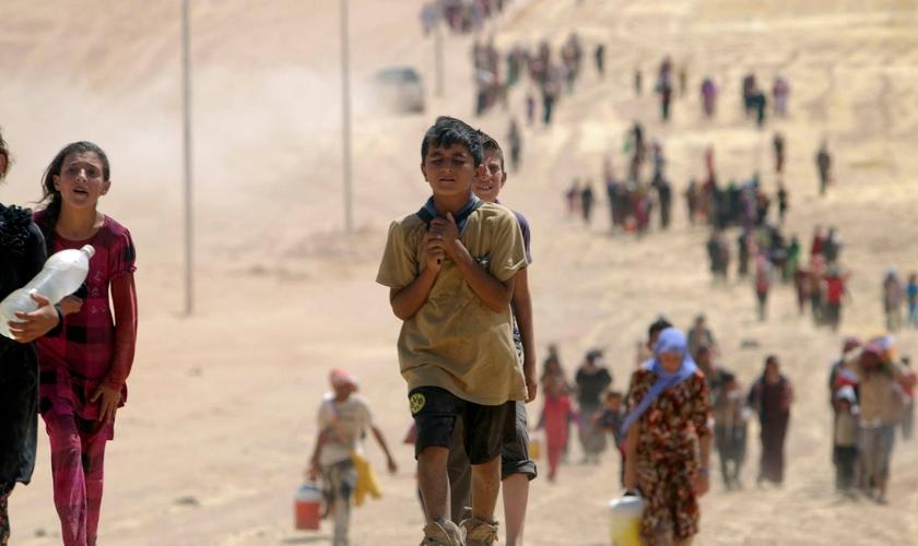Crianças yazidis fugindo da violência do Estado Islâmico na cidade de Sinjar. (Foto: Reuters/Rodi Said)