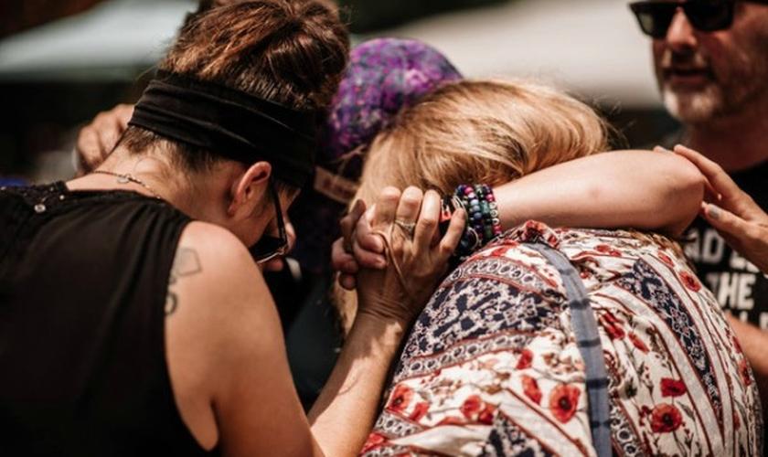 Momento de oração no festival Bonnaroo Music & Arts em Manchester. (Foto: Larry Tomczak)
