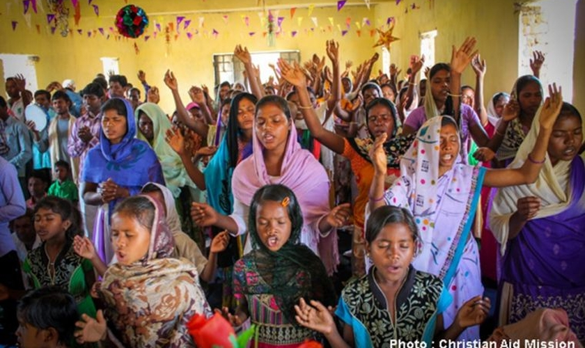 Cristãs participam de culto na Índia. (Foto: Christian Today)