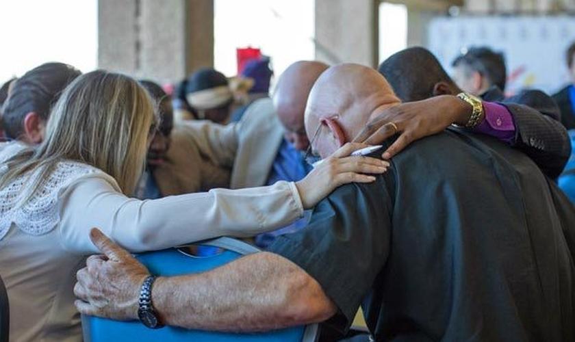Anglicanos oram pela Conferência Global do Futuro Anglicano 2018. (Foto: GAFCON)