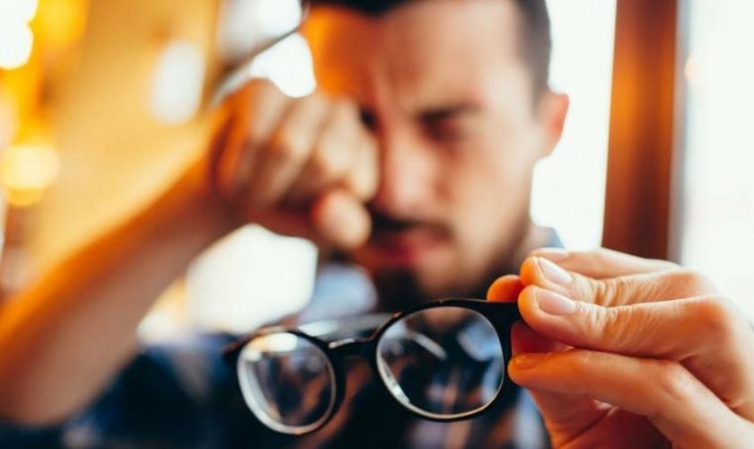 Quem coça muito os olhos tem chances aumentadas de desenvolver ceratocone. (Foto: SG Shot/Shutterstock)