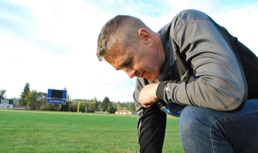O treinador Joe Kennedy foi proibido pela escola Bremerton de orar em campo. (Foto: Fox News)