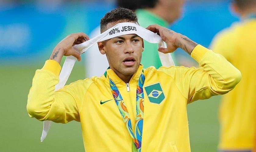 Neymar expressou sua fé celebrando o primeiro ouro olímpico do Brasil no futebol. (Foto: Fernando Frazão/Agência Brasil)