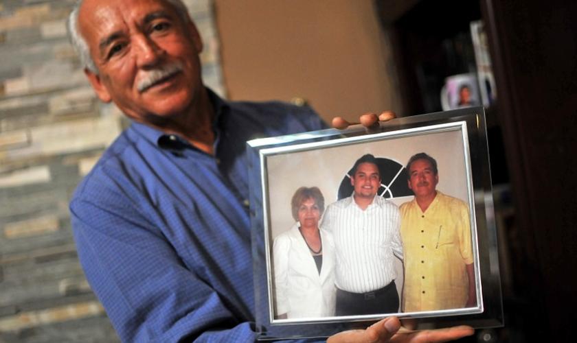 O pastor Eduardo Garcia foi fotografado em 2017 segurando uma foto de sua família. (Foto: WWM).