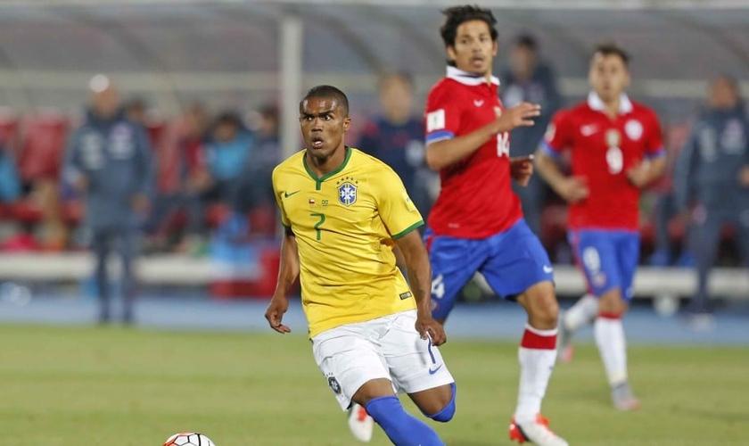 Douglas Costa voltou a trabalhar com o time sem limitações após a lesão na coxa esquerda. (Foto: Rafael Ribeiro/CBF)