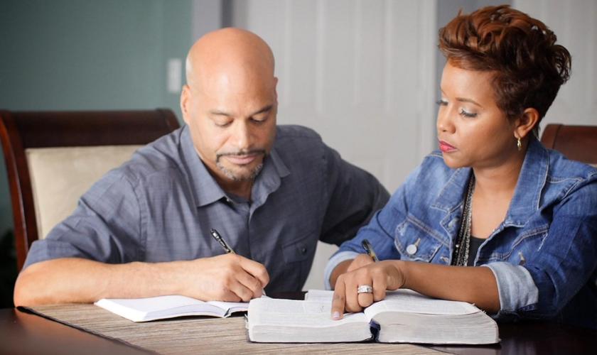 Yolanda e Billy lideram um ministério que ajuda outros casais. (Foto: Reprodução).